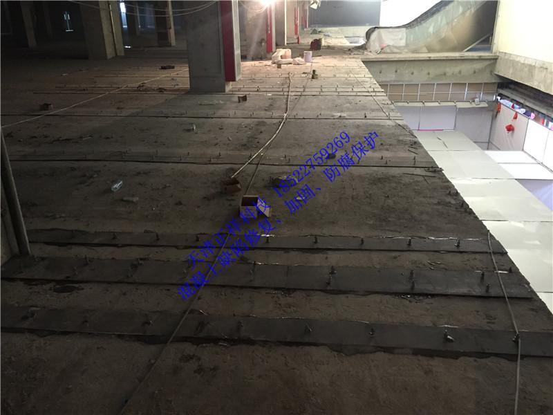 左右 3.固化条件 n      可操作时间:30分钟(20) n      初凝时间:3小时左右(20) n      养护时间:夏季2天;冬季4~7天,保温 五.用法 1.准备:     n       对被加固构件进行设计方案制定,确定粘接材料及粘接部位、面积; n       粘结钢板前,对要求提高竖向承载力的加固件宜进行卸荷; n       钢板粘结后48小时,不能移动和在其上进行锤击、焊接。 2.施工操作: n       混凝土基层处理:表面坚固、清洁、干燥、粗糙、无裂缝。打磨混凝土,去